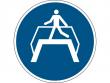 23: Gebotsschild - Übergang benutzen (gemäß DIN EN ISO 7010, ASR A1.3)